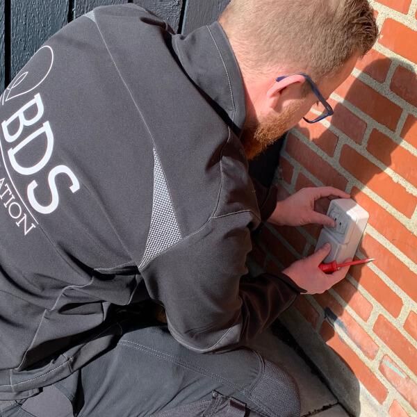 Strømføring ude og inde - installation af stikkontakt